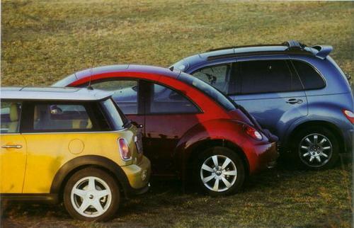 三辆时尚小车一起登场有些招摇过市的架势