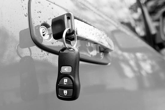 图库)车经常被盗,就是因为犯罪分子成功解码出了雅阁车的锁。蒋先生说。据称,了解到这个信息后,广本已对新雅阁重新设置了密码,被盗的几率也因此大大降低。   汽车厂家纷纷 研究防盗技术   事实上,汽车盗窃是一个全球性的社会问题,在美国每年约有价值80亿美元的汽车被盗,成功追回的不到65%。如何发展最新的防盗技术,已成为汽车厂家迫切面对的一个课题。   应该说,目前的防盗技术已发展到了一定阶段。美国一家公司利用无线电射频技术,研制成功一种车辆固定系统,将射频发射应答器嵌入汽车钥匙中,应答器内存有与特定车辆