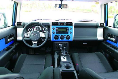 丰田FJ酷路泽内饰简单实用,所有按键都比正常尺寸大一号,地板和座椅都经过了防水处理