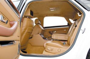 这款个性版的A8L,连地毯和车顶覆盖材料都是真皮。