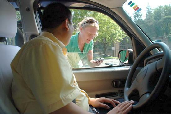 不断有外国游客向司机询问和预订TX4