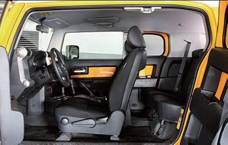车内空间较为宽敞,对开门式设计使上下车更方便。