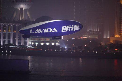 朗逸飞艇在上海外滩起飞