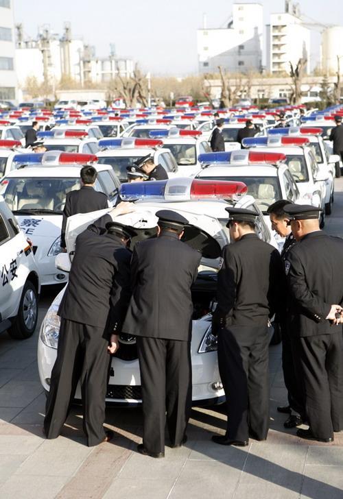 公安干警观察、了解新警车
