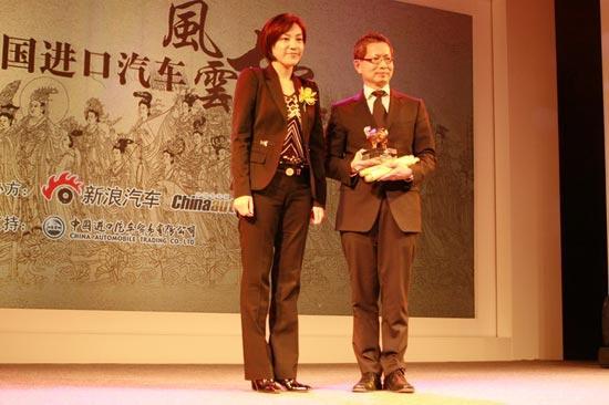 新浪首席运营官(COO)杜红为宝马(中国)汽车贸易有限公司副总裁 许智俊颁年度CEO最喜爱车型奖