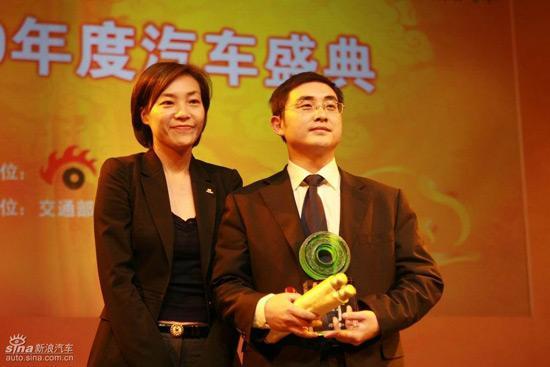 新浪首席运营官杜红(左)为奇瑞汽车销售有限公司副总经理郑兆瑞颁奖