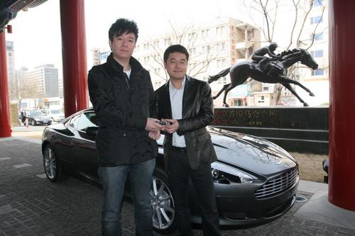 阿斯顿-马丁北京总裁郭晟先生向首位09款V8 Vantage车主刘先生(右)交付新车钥匙