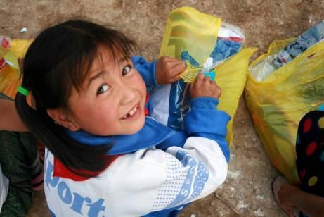"""儿童节快到了,灾区的小朋友收到了""""奥迪童梦圆""""送来的礼物"""