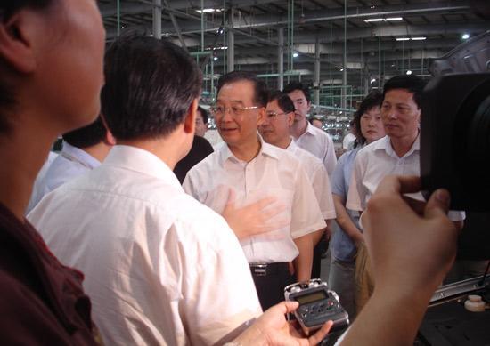 温总理在总装生产线实地了解生产经营情况