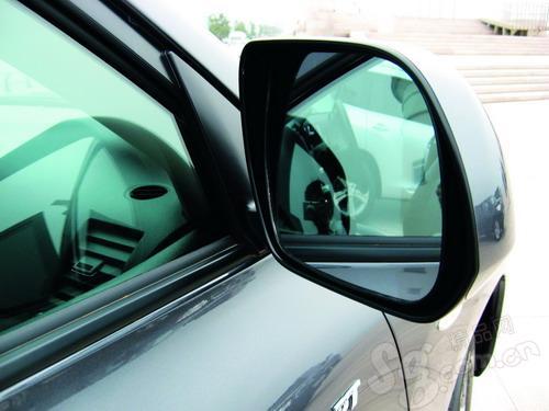 汉兰达后视镜很大,驾车时视野很开阔。