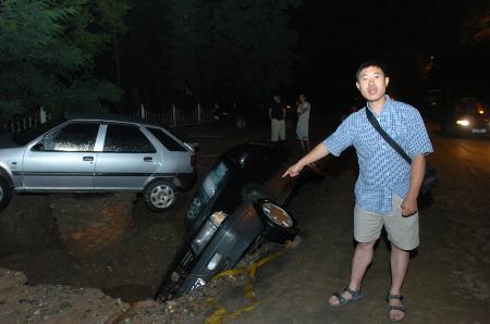 图文:大雨毁路车遭殃