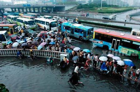 暴雨突袭京城遭遇交通堵塞和排水不畅两大难题