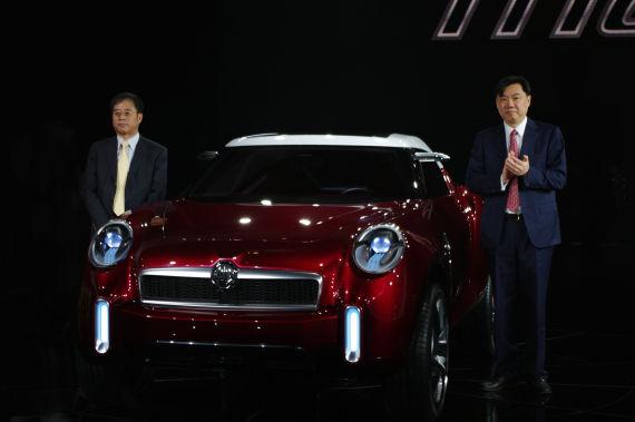 上汽集团总裁陈虹和上汽集团副董事长沈建华为MG ICON 概念车揭幕