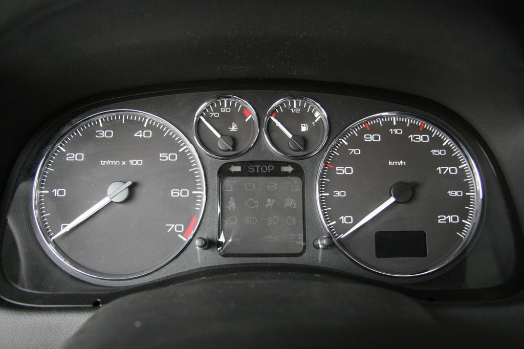 307配置丰富、个性十足、适合家庭使用,两款16气门4缸汽油发动机,排量为1.6升与2.0升,符合欧洲号标准,可以选择配置五速手动变速箱或采用保时捷技术的手自动一体化自动变速箱。使得307在同档次车型中成为动力性能最出色的一款车型。图为神龙汽车标致307仪表盘。