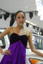 2010年北京国际车展将于4月23日至5月2日在位于北京顺义天竺工业园区的中国国际展览中心隆重举行(零部件展位于中国国际展览中心旧馆)。作为国内著名的车坛盛会之一,本次展会将有89款全球车首发,并且将有95台新能源车现场展示,成为车展新的亮点,总参展车数多达990台。 图中所示为:现代展台13号模特