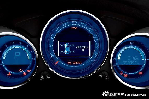 内外和谐 尽显大体   走近C4L,给人第一印象就是时尚大体。雪铁龙C4L进行了全新的设计,采用进气格栅加入大量的银色镀铬装饰,再加上重新设计的大灯造型以及日行LED灯,使前脸显得十分大气。雪铁龙C4L车身的长、宽、高分别为4620mm、1780mm、1498mm,轴距为2710mm,为同级最长轴距,使得C4L的车身宽大,内部空间宽敞。从尺寸来看,C4L已经接近中级车的水平。   在内饰方面,打开C4L车门,感觉C4L仪表台和皮质座椅等内饰很有质感,整体风格偏向高端。整体采用黑色为主,显得相当有科技质