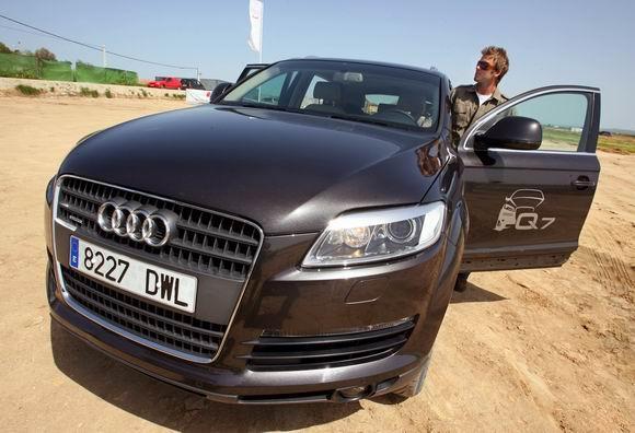 贝克汉姆驾驶奥迪Q7   奥迪驾驶体验令皇家疯狂   自2003年起,奥迪公司就一直是世界足坛顶级劲旅皇家马德里足球俱乐部的独家汽车合作伙伴,并不断地为这一伙伴关系注入着新的活力。这次也不例外:在车辆正式交接之前,球星们在一条名为皇家马德里城的赛道上进行了一次试驾,这条赛道长三公里,道路上设置了众多挑战。球星们对奥迪Q7的驾驶体验倍加赞赏。而继齐达内、罗纳尔多、劳尔和皇马俱乐部之后,很快,皇马球迷们就能追随他们偶像的轨迹,亲身体验奥迪Q7带来的第三代SUV的全新卓越表现。