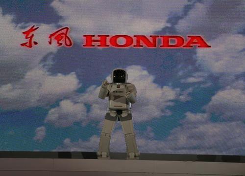 别出心裁:机器人ASIMO担任发布会主持人