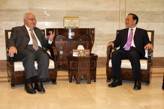 叙利亚总理拉吉-奥特利与吉利集团董事长李书福亲切交谈