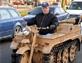 英国男子街头飙坦克