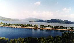 碧蓝的湖水