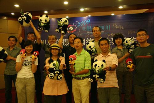 网友团兴奋的举起大熊猫
