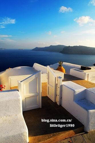踏上圣托里尼(Santorini)岛,爱琴海清爽的海风和炙热的阳光便将你包围起来
