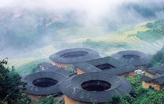 雾气缭绕中的土楼