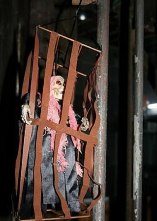 关在笼子里的骷髅小人,不小心碰到他会怪笑不止,被他吓了一小跳