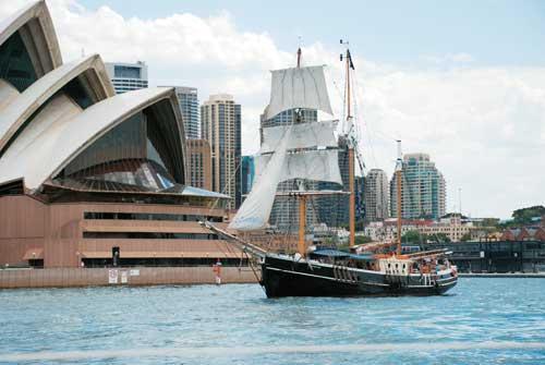游船经过悉尼歌剧院
