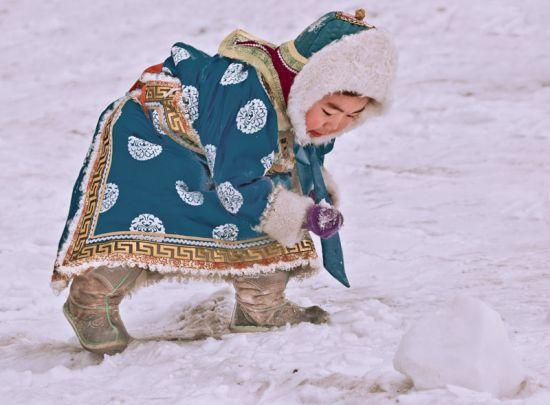 雪地上玩帅的孩子