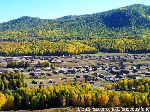 俯瞰禾木的秋色美景