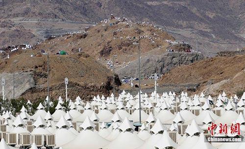 米纳山谷聚集并在米纳的帐篷城中过夜