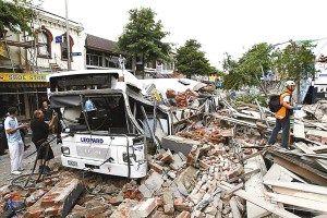 公交车被倒塌房屋压扁