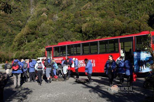 通往冰川的巴士和一同前往冰川的同伴们