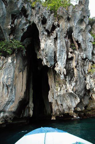 高耸的石头缝便是石洞入口,外表平平无奇,内里却别有洞天。