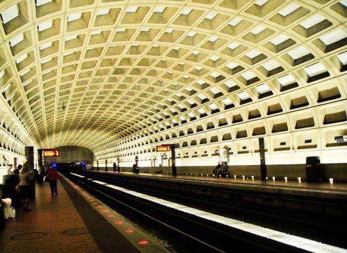 """到底是五角大楼,地铁就是""""战备隧洞""""。"""