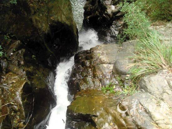 陡峭的山溪 峥嵘的异石 勾勒出半月岩的婀娜多姿
