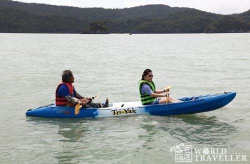 在卡侬群岛划着香蕉船,悄悄搜寻粉红海豚的踪影。