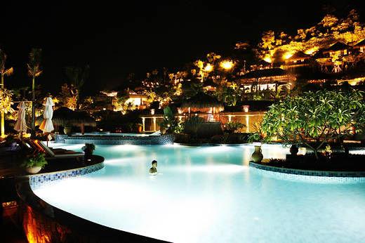 酒店的温泉池区位于高山之上