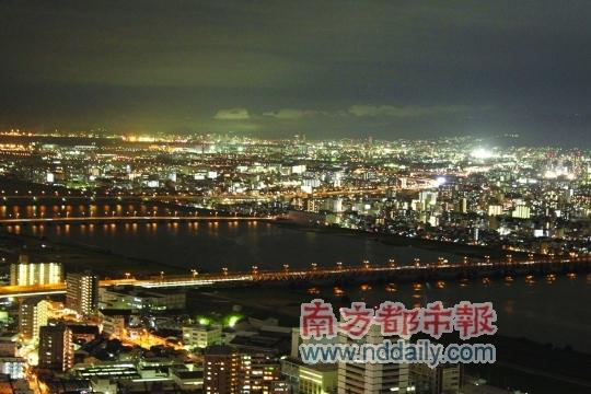 空中庭园俯瞰大阪城,淀川河流过。