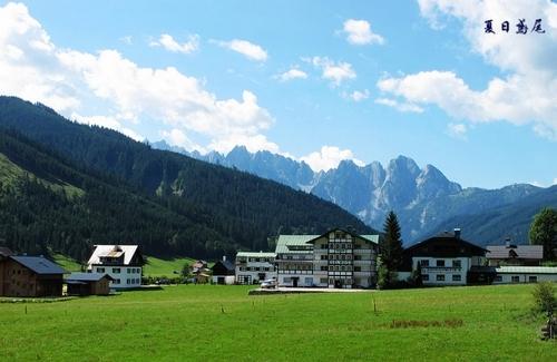 奥地利美丽的山村,远处群山如巨大的屏风