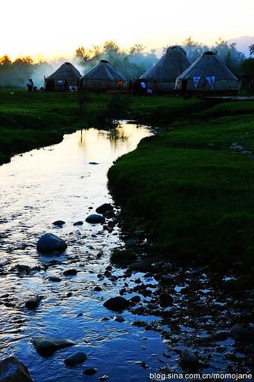 静静的溪水,悄悄的流淌着