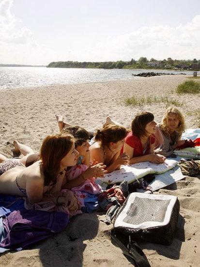 丹麦南部桑德堡(Sonderborg)海滩欢度假日。