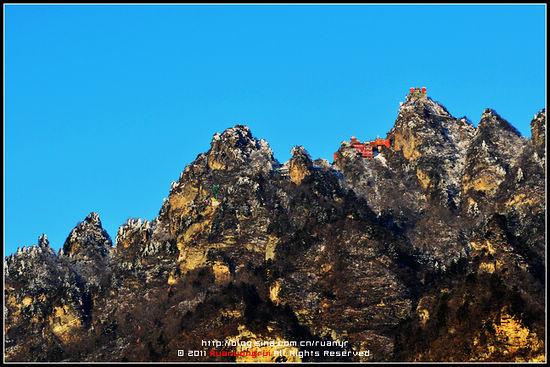 站在山腰间可以清晰地看到主峰上的太和宫