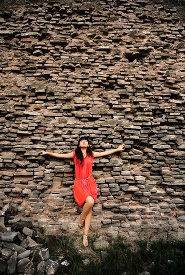 古城墙下的一名红衣女孩