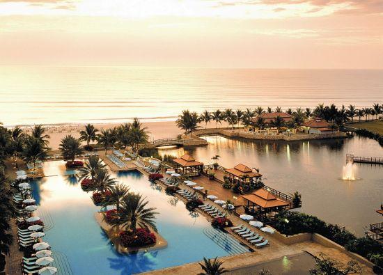 都喜天阙酒店坐落于一片美丽的海滩之?#24076;?#22805;阳西下,一切仿佛都镀上佛光。