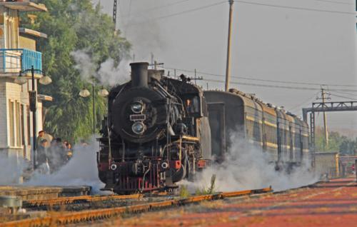 新浪旅游配图:缓缓开来的蒸汽火车 图片来源: 小石山房客