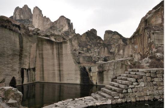 多年前人工采石留下的痕迹
