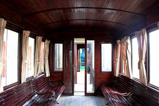 旧式火车车厢内部